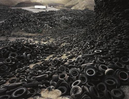 Edward_Burtynsky_Oxford_tire_pile_1999