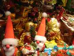 Santas_in_candyshop_window